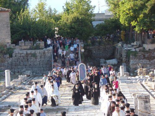 Χιλιάδες πιστοί στο «Βήμα του Γαλλίωνος» στην Αρχαία Κόρινθο για την Εορτή του Αποστόλου Παύλου