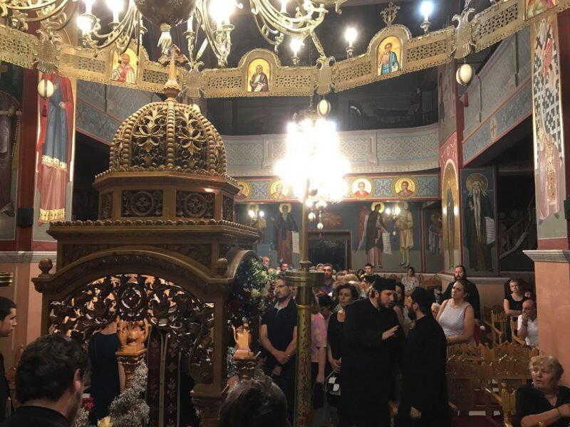 Τώρα: 20 ώρες χωρίς ύπνο και φαγητό ο π. Δημήτριος - Συγκλονίζουν οι εμπειρίες των πιστών από τον Τίμιο Σταυρό