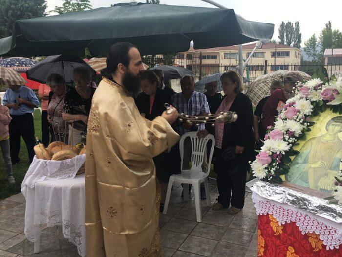 Αγιος Παντελεήμονας: Υπό βροχή ο Εσπερινός στις εργατικές κατοικίες στην Καστοριά