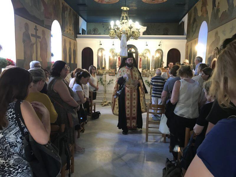 Μέσα σε πανηγυρικό κλίμα τελέστηκε απόψε ο Εσπερινός στη μνήμη της Αγίας Μεγαλομάρτυρος Κυριακής, στο ομώνυμο παρεκκλήσιο του Μητροπολιτικού Ναού Αγίου Δημητρίου Κηφισιάς.