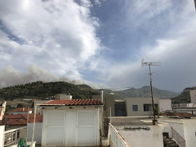 ΦΩΤΙΑ Τώρα Κορινθία: Καίγονται σπίτια στο Ζεμενό πάει προς Μουγγοστό - Πανικόβλητοι οι κάτοικοι