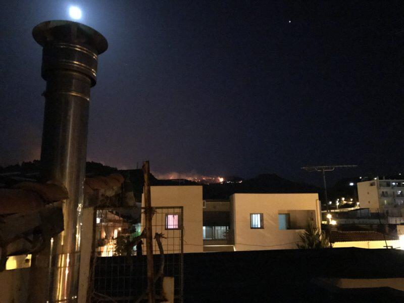 Ζεμενό Κορινθίας - ΦΩΤΙΑ Τώρα: Ολονύκτια μάχη με τις φλόγες - Αποκλειστικές φωτογραφίες
