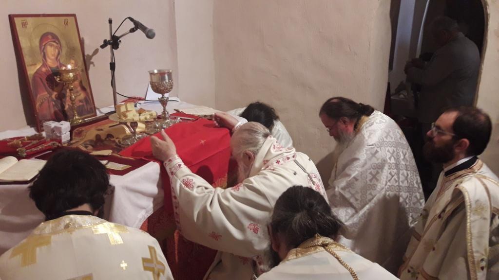 Δεκάδες πιστοί έλαβαν την ευλογία τού Οσίου Λεοντίου