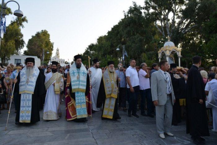 Τήνος: Χιλιάδες πιστοί συνόδευσαν την Εικόνα της Μεγαλόχαρης στην Μονή Κεχροβουνίου