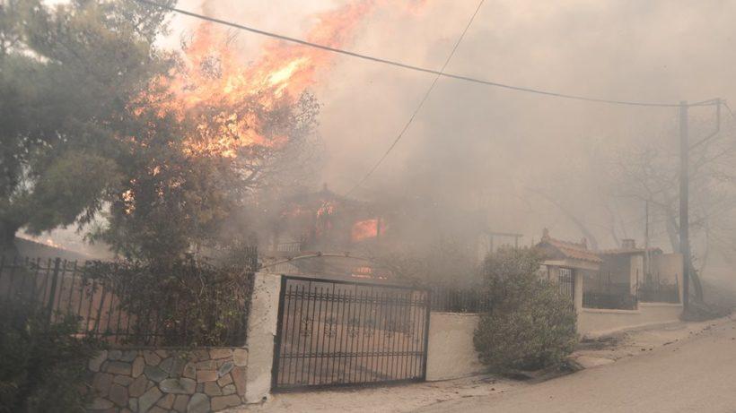ΦΩΤΙΑ Τώρα Κινέτα: Καίγονται σπίτια και οικισμοί