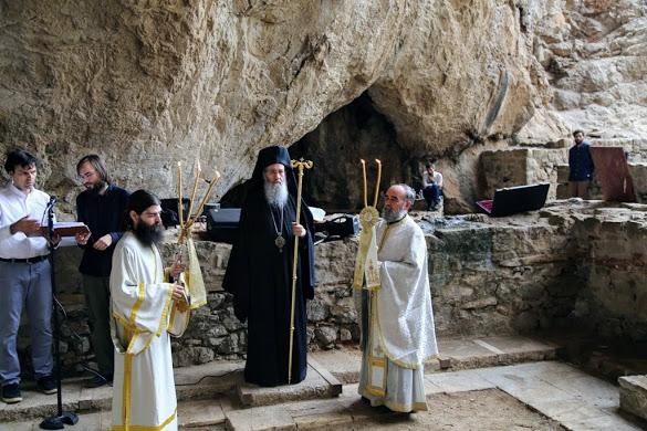 Πλήθος κόσμου στην Αρχιερατική Θεία λειτουργία στο σπήλαιο του Αγίου Νικολάου στην Βαράσοβα