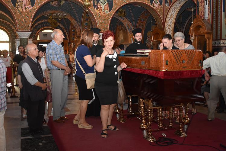 Λάρισα: Ουρές πιστών στον Άγιο Αχίλλιο για να προσκυνήσουν το σκήνωμα του Ποιμενάρχη τους
