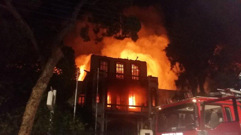 ΦΩΤΙΑ: Κάηκε ολοσχερώς το Πολεμικό Μουσείο στα Χανιά