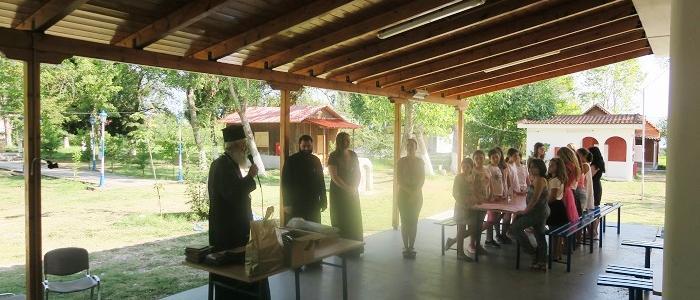 Ο Φθιώτιδος Νικόλαος κοντά στα κορίτσια της Γ' Κατασκηνωτικής περιόδου