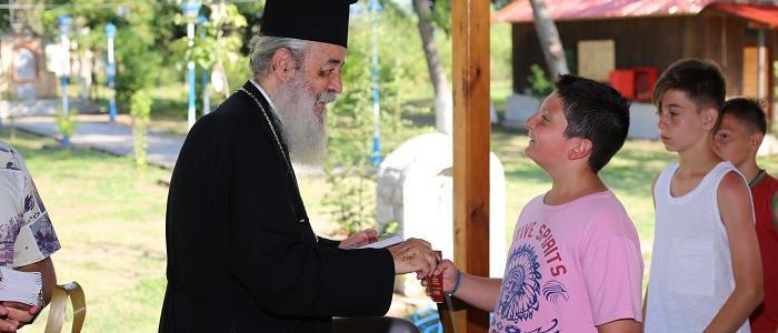 Ο Φθιώτιδος Νικόλαος κοντά στα παιδιά της Κατασκήνωσης
