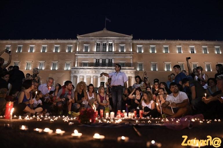 Σύνταγμα - Τώρα: Εκατοντάδες πολίτες τιμούν τα θύματα της καταστροφής