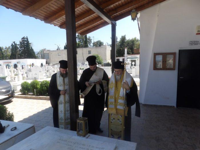 Τρισάγιο από τον Μητροπολίτη Διονύσιο στο Α΄ Κοιμητήριο Κορίνθου