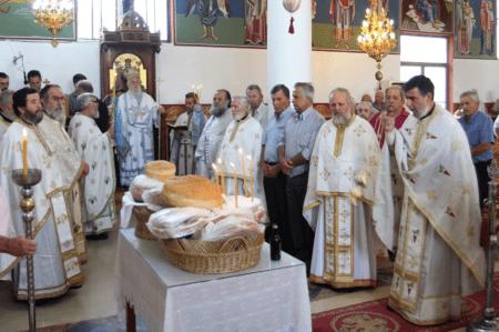 Την Τρίτη 17 Ιουλίου 2018, εορτή της Αγίας ενδόξου μεγαλομάρτυρος Μαρίνης, στον πανηγυρίζοντα Ιερό Ναό Αγίας Μαρίνης της ενορίας Καστρίου Καναλακίου Πρεβέζης, τελέσθηκε Όρθρος και Αρχιερατική Θεία Λειτουργία μετ΄ αρτοκλασίας, ιερουργούντος του Σεβασμιωτάτου Μητροπολίτου Παραμυθίας, Φιλιατών, Γηρομεριου και Πάργας κ.κ. Τίτου και συλλειτουργούντων ιερέων της Ιεράς Μητροπόλεως. Μετά το πέρας της Θείας Λειτουργίας ο Σεβασμιώτατος χειροθέτησε εις Πρωτοπρεσβύτερον τον αιδεσιμολογιώτατον π. Ιωάννην Νάσταν εφημέριον της ενορίας. Ο Σεβασμιώτατος Μητροπολίτης μας σήμερα εορτάζει την συμπλήρωση 44 ετών από την εις Επίσκοπον χειροτονία του, και μετά το πέρας της Θείας Λειτουργίας δέχτηκε ευχές για έτη πολλά, υγεία και μακροημέρευση από τους ιερείς και από πλήθος πιστών. Τίτου, τοῦ Σεβασμιωτάτου καὶ θεοπροβλήτου Μητροπολίτου, τῆς Ἁγιωτάτης Μητροπόλεως Παραμυθίας, Φιλιατῶν, Γηρομερίου καὶ Πάργας, ὑπερτίμου καὶ ἐξάρχου πάσης Θεσπρωτίας, ἡμῶν δὲ Πατρὸς καὶ Ποιμενάρχου, πολλὰ τὰ ἔτη !