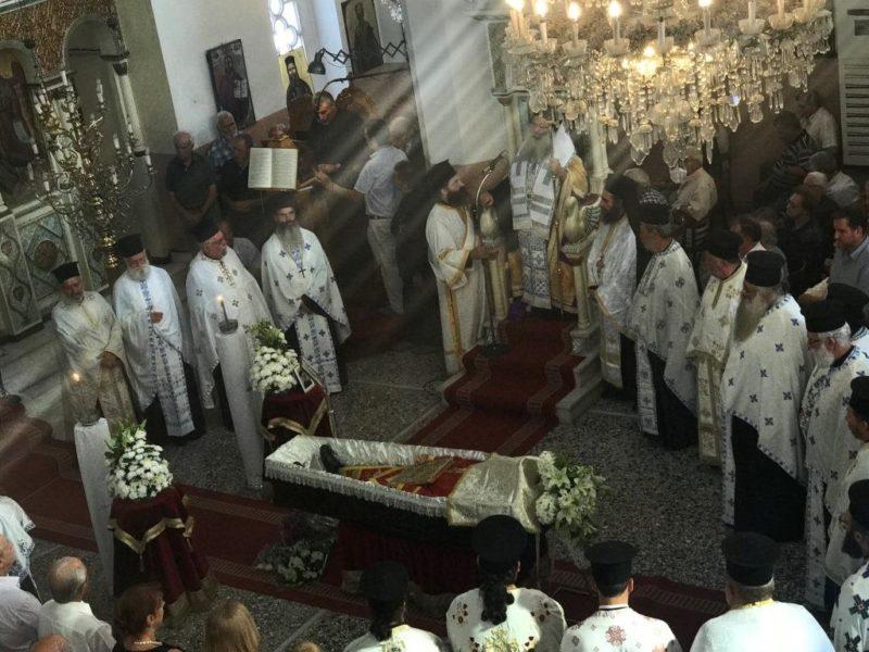 Κλήρος και πιστοί με δάκρυα στα μάτια στην Εξόδιο Ακολουθία του π. Στυλιανού Πατεράκη