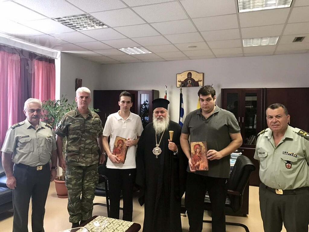 Οι ήρωες Έλληνες στρατιωτικοί μαζί με τον Μητροπολίτη Νεαπόλεως Βαρνάβα