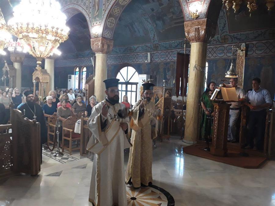 Φάρσαλα: Κλήρος και λαός υποδέχθηκε τεμάχιο του Τιμίου Ξύλου στον Ναό Αγίου Χαραλάμπους
