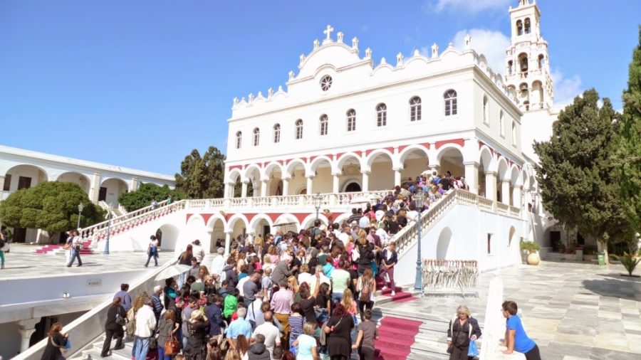 Δεκαπενταύγουστος: Ξεκίνησε η έξοδος του καλοκαιριού - Χιλιάδες προσκυνητές στην Τήνο