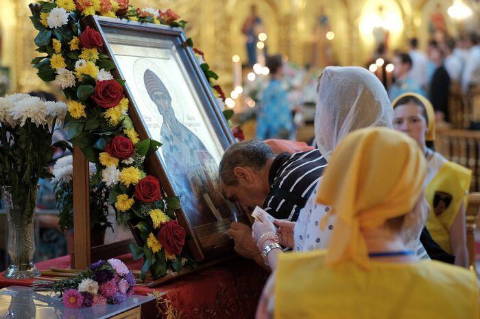 Ρωσία: Δεκάδες χιλιάδες πιστοί προσκυνούν τη Δεξιά Χείρα του Αγίου Σπυρίδωνος