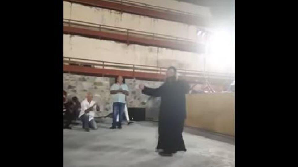 Όμορφο στιγμιότυπο: Ιερέας κλέβει τις εντυπώσεις με το ζεϊμπέκικό του