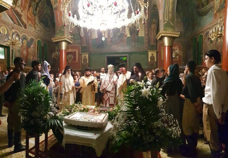 Τα Ιερά Αναλόγια κόσμισαν με τις καλλικέλαδες φωνές τους ψάλτες του συνδέσμου Ιεροψαλτών Χανίων Γεώργιος ο Κρης, ενώ γύρω από τον Επιτάφιο και το κόλυβο της Παναγίας στέκονταν άντρες και γυναίκες με παραδοσιακές Κρητικές φορεσιές. Στο κήρυγμα του ο Σεβασμιώτατος αναφέρθηκε με λόγια επίκαιρα στην απόδοση της εορτής της Μεταμορφώσεως αλλά και στην Παναγία της οποίας την Κοίμηση εορτάζουμε την Τετάρτη. Παράλληλα συνεχάρη τον Πρώτο του συνεργάτη και Πρωτοσύγκελλο του π. Δαμασκηνό για το έργο που κάνει καθημερινά στην Ενορία του Αγίου Χαραλάμπους, ένα έργο γεμάτο ζωή της Εκκλησίας, με καθημερινές αυτές τις ημέρες παρακλήσεις και με λιτάνευση της εικόνος της Παναγίας σε όλα τα σπίτια της Ενορίας, η οποία είναι η μεγαλύτερη σε κόσμο στα Χανιά.