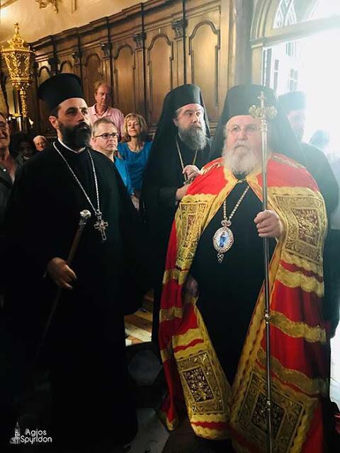 Στον λόγο του ο κ. Δανιήλ αφού ευχαρίστησε τον κ. Νεκτάριο για την ευγενική πρόσκληση της τοπικής Εκκλησίας, στάθηκε σε τρία σημεία τα οποία καθιστούν τους Αγίους της Πίστεώς μας φίλους του Θεού, κατά την διδαχή του Αγίου Συμεώνος του νέου Θεολόγου. Το πρώτο σημείο είναι η πίστη, άλλως η εμπιστοσύνη των Αγίων στην πρόνοια του Επουρανίου Πατρός. Το δεύτερο σημείο έχει να κάνει με τη αγιότητα του βίου, που με την σειρά της συνεπάγεται την τήρηση του Θείου θελήματος και την ταυτόχρονη αποκοπή του ιδίου θελήματος. Άλλωστε αυτό το μαρτυρά το αψευδές στόμα του Κυρίου μας, ο Οποίος τονίζει ότι Tον αγαπά πραγματικά εκείνος που τηρεί τις εντολές Του. Και το τρίτο σημείο που καθιστά τους Αγίους φίλους του Χριστού είναι το θαύμα. Το θαύμα δεν είναι τίποτε άλλο παρά η φανέρωση του χαρακτήρα του Θεού εις τον κόσμο. Με τον τρόπο αυτό ο Άγιος γίνεται και κήρυκας του Τριαδικού Θεού. Ακόμη ο Μητροπολίτης Καισαριανής τόνισε ότι ο Άγιος Σπυρίδων διέθετε όλα τα ανωτέρω χαρακτηριστικά και την πίστη και την αγιότητα του βίου του, αλλά και το χάρισμα της επιτέλεσης θαυμάτων. Ένα από τα αναρίθμητα αυτά θαύματα εορτάζει το νησί της Κέρκυρας, της αποκρούσεως της Οθωμανικής επελάσεως εν έτει 1716. Ο Άγιος Σπυρίδων, ως άλλος Μωϋσής, έσωσε τον λαό του από την σκλαβιά. Κλείνοντας ο κ. Δανιήλ κάλεσε τους πιστούς να μιμηθούν την βιοτή του Αγίου Σπυρίδωνος, ώστε και εκείνοι με την σειρά τους να καταστούν με την Θεία Χάρη γνήσιοι φίλοι του Θεού.
