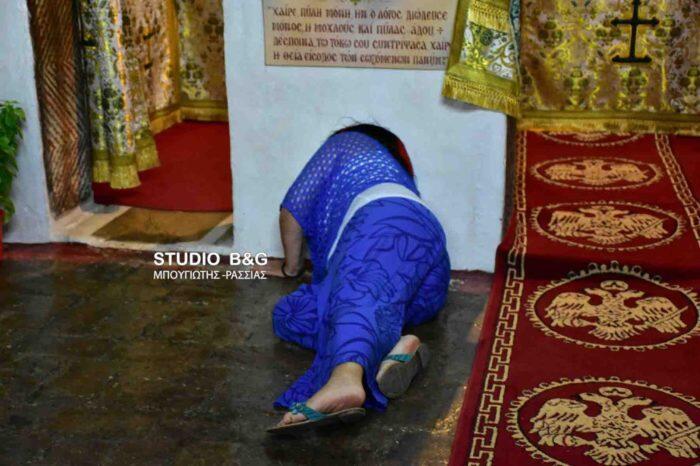 Τίμησαν το έθιμο με το πέρασμα της πύλης στον Βυζαντινό Ναό Αγίου Αδριανού και Ναταλίας
