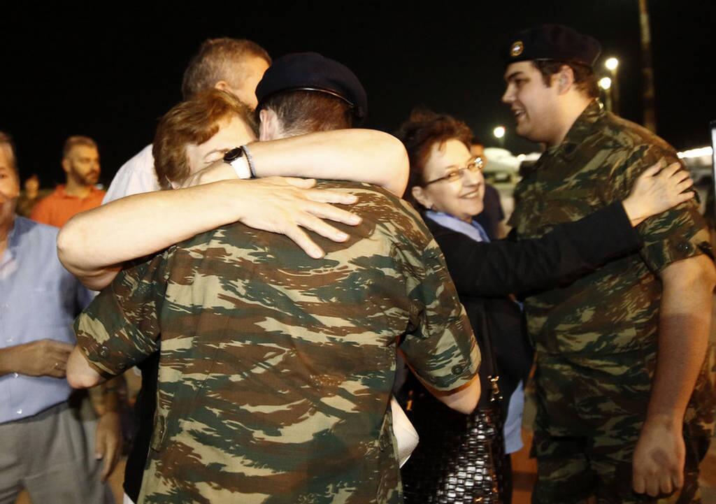 Έλληνες στρατιωτικοί: Συγκινημένοι στην αγκαλιά γονιών και πατρίδος