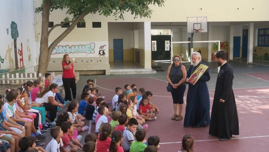 Ο Σύρου Δωρόθεος προσέφερε εικόνες της Θεοτόκου στο Δημοτικό Σχολείο Ερμούπολης