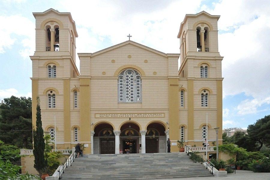 ΤΩΡΑ: «Εισβολή» 20‑30 αγνώστων σε εκκλησία στο κέντρο της Αθήνας