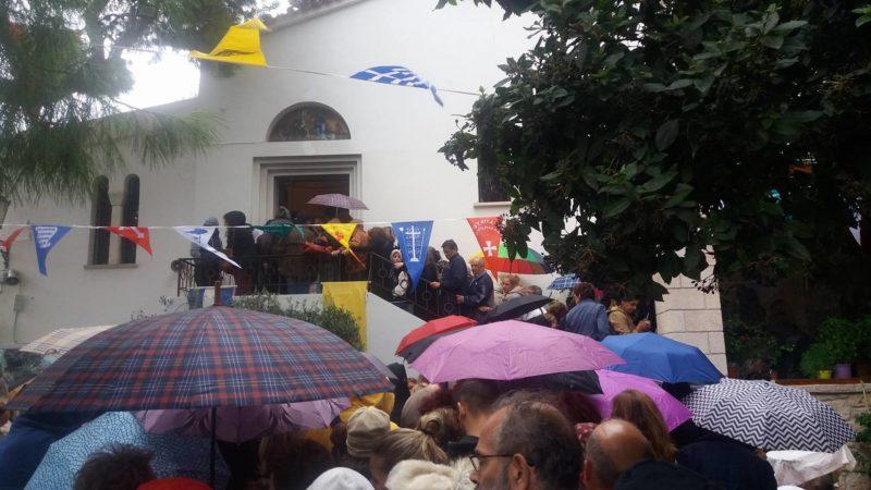 Λυκαβηττός - ΤΩΡΑ: Χιλιάδες παρά τη βροχή - Συγκλονιστικές μαρτυρίες για θαύματα