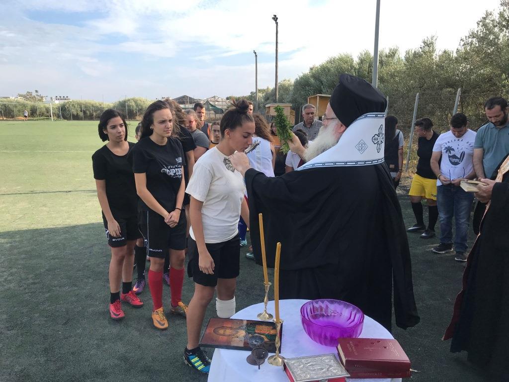 Αγιασμός σε γυναικεία ομάδα ποδοσφαίρου από τον Μητροπολίτη Ιεραπύτνης
