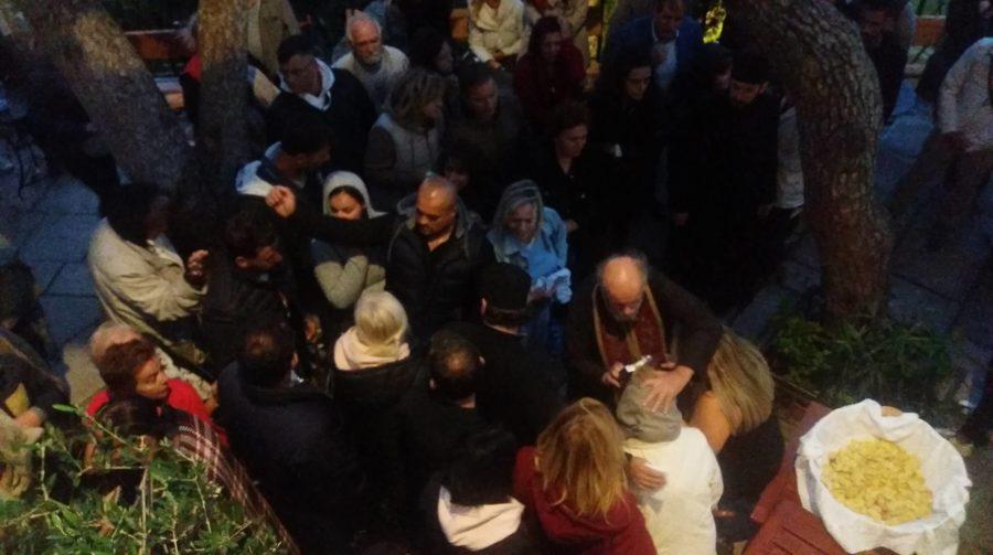 Λυκαβηττός ΤΩΡΑ: Συγκινημένοι οι πιστοί βοηθούνται από τον Θαυματουργό Τίμιο Σταυρό
