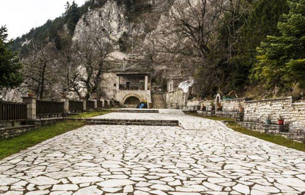 Παναγία Πελεκητή: Το μοναστήρι με τα κελιά στους βράχους και το κρυφό σχολείο
