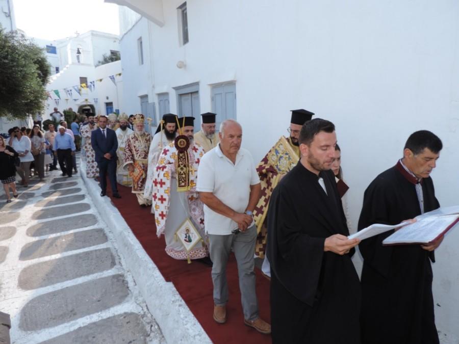 Σε κλίμα συγκίνησης οι Μυκόνιοι τίμησαν τα εγκαίνια του Μητροπολιτικού Ναού και τους προσελθόντες Αρχιερείς