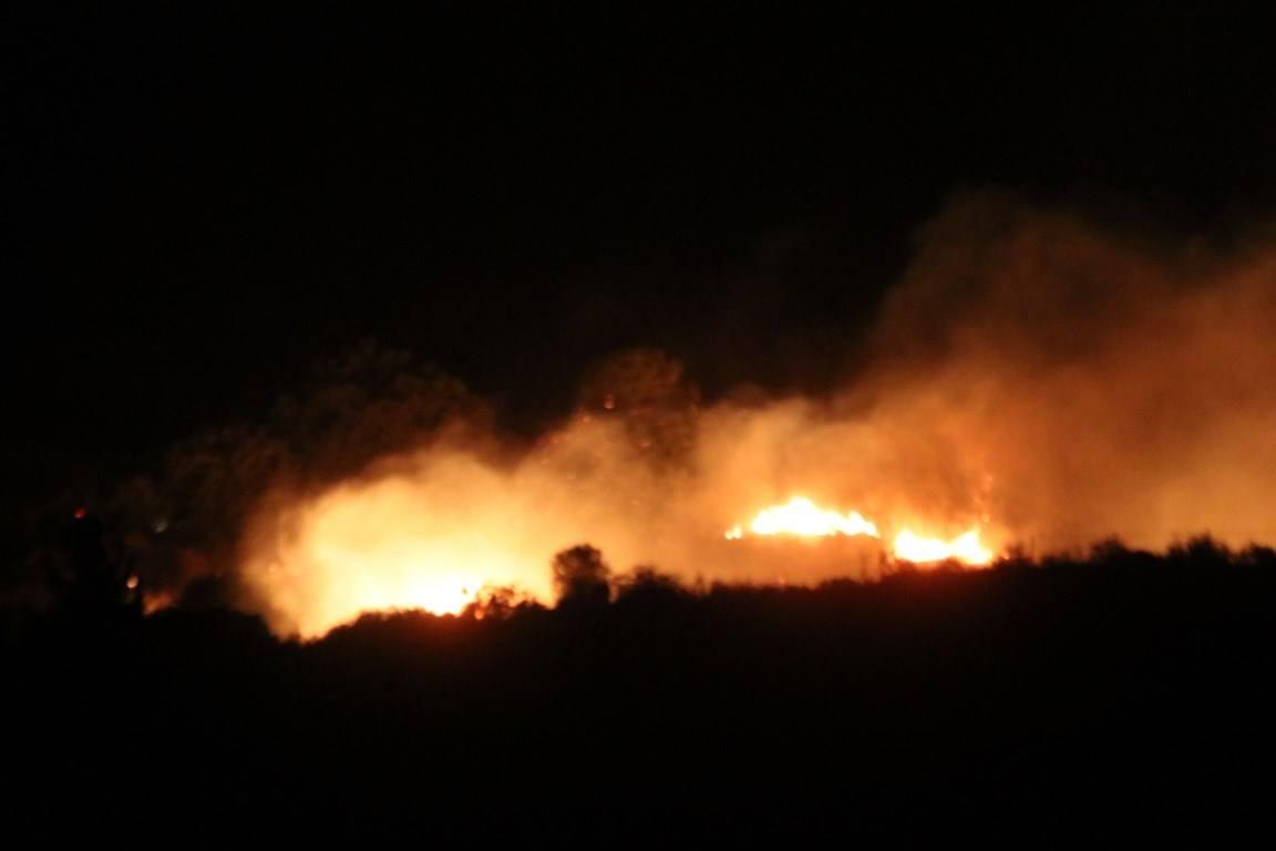 Φωτιά ΤΩΡΑ Κεφαλονιά: Δύσκολο βράδυ με ισχυρούς ανέμους