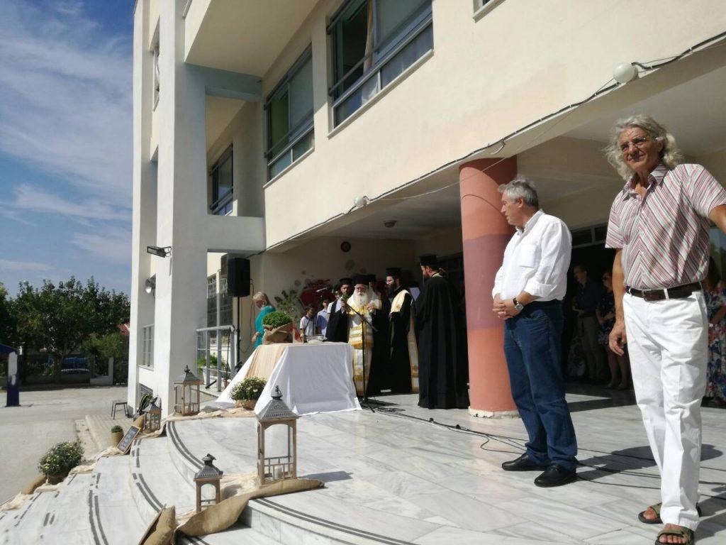 Ο κ. Ιγνάτιος βρέθηκε, κατά σειράν, στο Ελληνογαλλικό σχολείο «Άγιος Ιωσήφ», στο 2ο Δημοτικό Σχολείο Φερών Βελεστίνου, όπου πραγματοποιήθηκε ο Επίσημος Αγιασμός της Δ/νσης Πρωτοβάθμιας Εκπαίδευσης Νομού Μαγνησίας, παρουσία του Δ/ντού κ. Γεωργίου Πολύζου, στο Γυμνάσιο Βελεστίνου, όπου πραγματοποιήθηκε ο Επίσημος Αγιασμός της Δ/νσης Δευτεροβάθμιας Εκπαίδευσης Νομού Μαγνησίας, παρουσία του Δ/ντού κ. Σωκράτη Σαβελίδη, στο Μουσικό Σχολείο Βόλου και στα Ιδιωτικά Εκπαιδευτήρια «Προμηθέας». Ο Σεβ. Ποιμενάρχης μας ευχήθηκε προς όλους, εκπαιδευτικούς και μαθητές, πλούσια την Χάρη του Θεού και τον φωτισμό του Αγίου Πνεύματος και στην νέα σχολική χρονιά, ενώ κάλεσε τους μαθητές να απεγκλωβιστούν, όσο είναι δυνατόν, από την εξάρτηση που προκαλεί η αλόγιστη χρήση των μέσων ηλεκτρονικής επικοινωνίας και δικτύωσης, όπου απουσιάζει η αμεσότητα της αληθινής σχέσης και να επιδιώξουν την δημιουργία υγιούς επικοινωνίας με τους συμμαθητές και φίλους τους, μέσα από τον ζωντανό διάλογο, την εκ του σύνεγγυς συνεργασία και την ειλικρινή αγάπη.