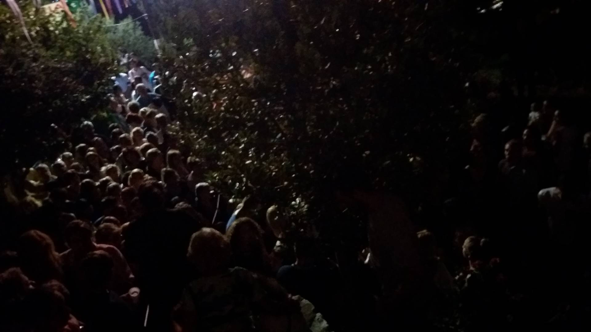 ΤΩΡΑ Λυκαβηττός: Χιλιάδες πιστοί βοηθούνται από τον θαυματουργό Τίμιο Σταυρό