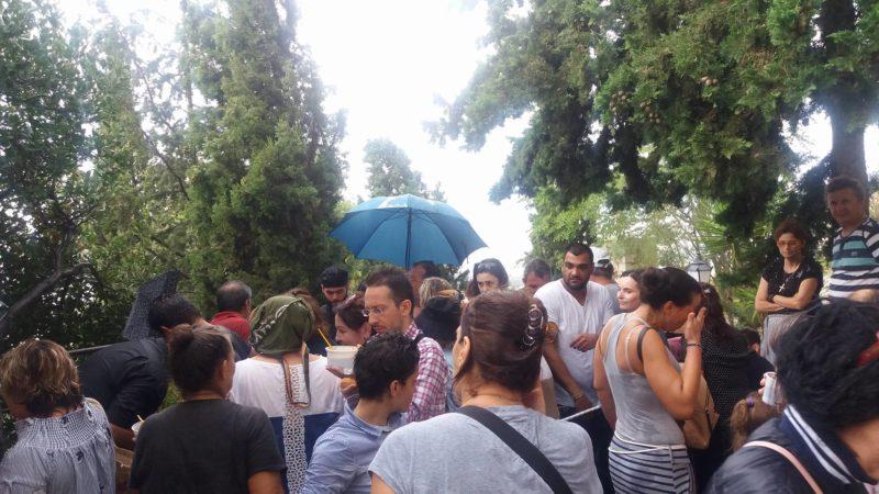 Υψωση Τιμίου Σταυρού: Ο καιρός δεν πτοεί τους πιστούς - Ουρές χιλιομέτρων τώρα στο Λυκαβηττό