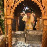 ΤΩΡΑ Νέα Ερυθραία: Χιλιάδες υποδέχθηκαν συγκινημένοι την Τίμια Κάρα της Αγίας Παρασκευής στην Αγία Ματρώνα