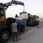 Λέσβος - Σταυρός: Έφεραν γερανό παρά τις απειλές της αστυνομίας