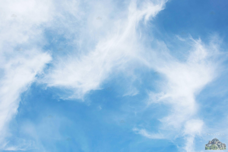 καιρός ουρανός με αραιά σύννεφα