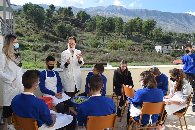 Μαθητές μάζεψαν και ετοίμασαν ελιές της Ιεράς Μητρόπολης Αργυροκάστρου