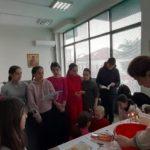 παιδιά μαθαίνουν να ζυμώνουν πρόσφορο