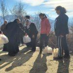 Τρόφιμα και ρούχα στους κατοίκους απομακρυσμένου χωριού της Αλβανίας από την Ορθόδοξη Εκκλησία