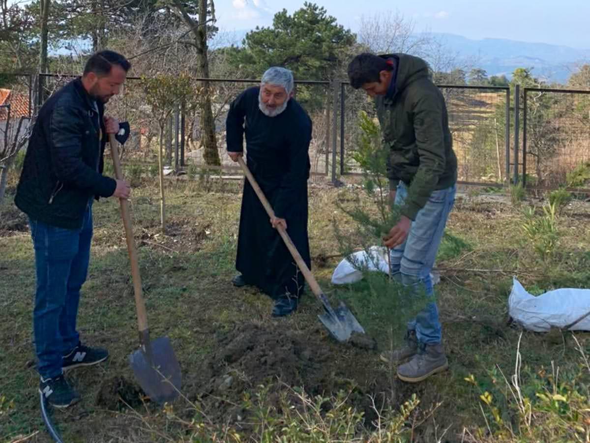 Παιδιά και νέοι φύτεψαν δένδρα σε δέκα ναούς