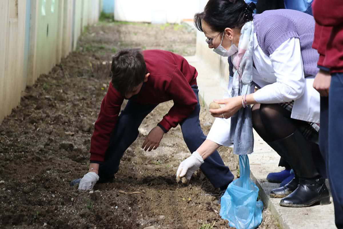 Μαθητές της Μητρόπολης Αργυροκάστρου φύτεψαν λαχανικά