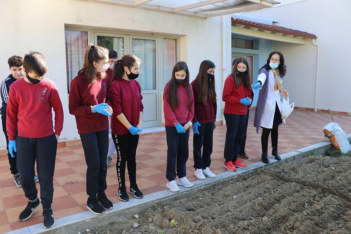 Μαθητές της Μητροπόλεως Αργυροκάστρου φύτεψαν λαχανικά