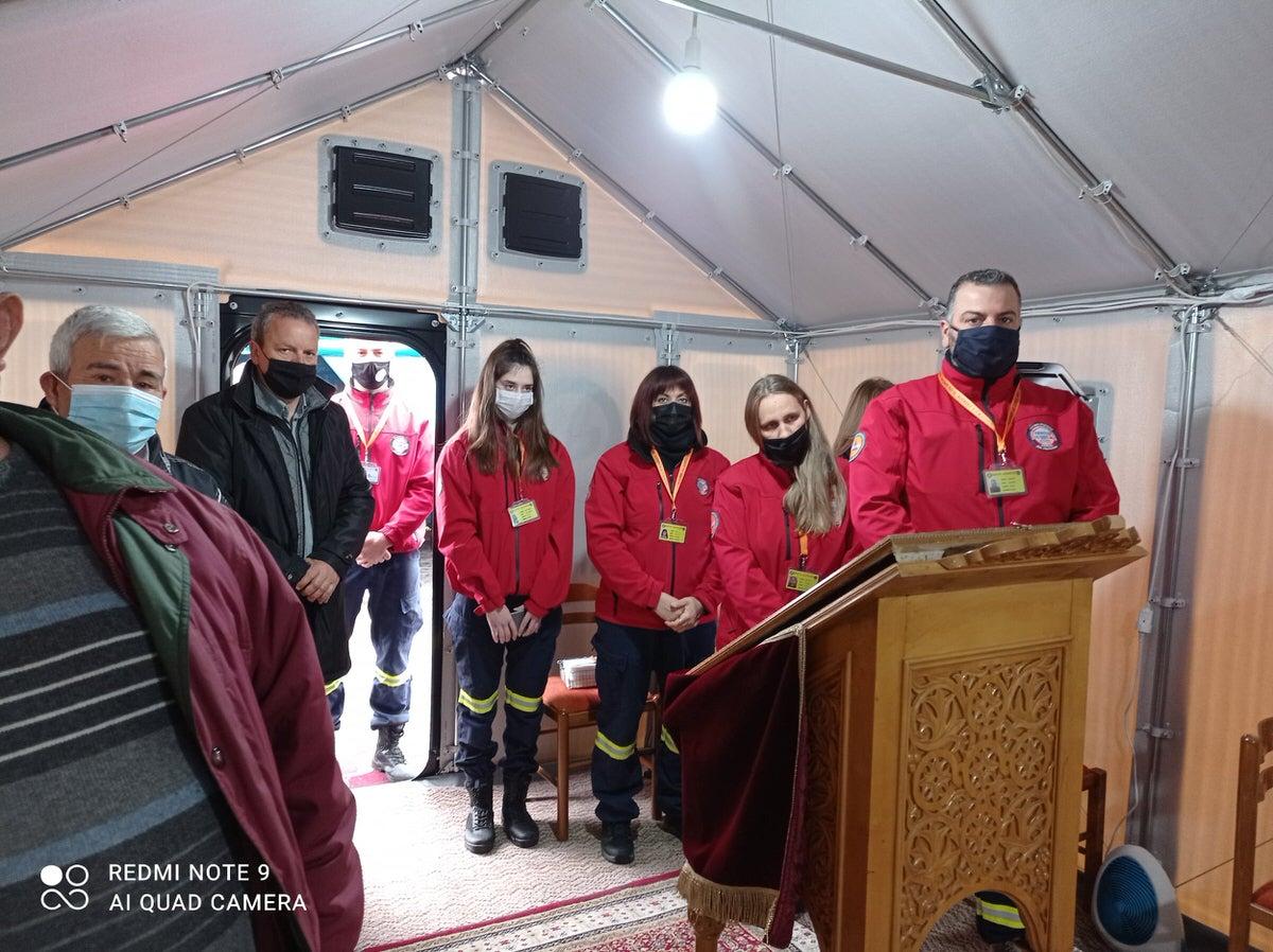 εθελοντές αυτοσχέδια εκκλησία του Λογγά Καλαμπάκας λειτούργησε ο Μητροπολίτης κ. Θεόκλητος