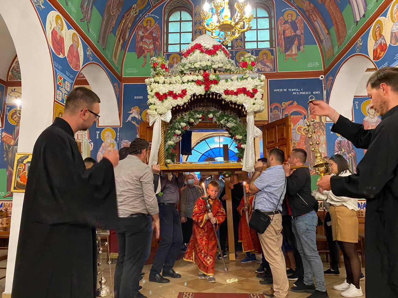 Πλήθος πιστών Επιτάφιος Αλβανία