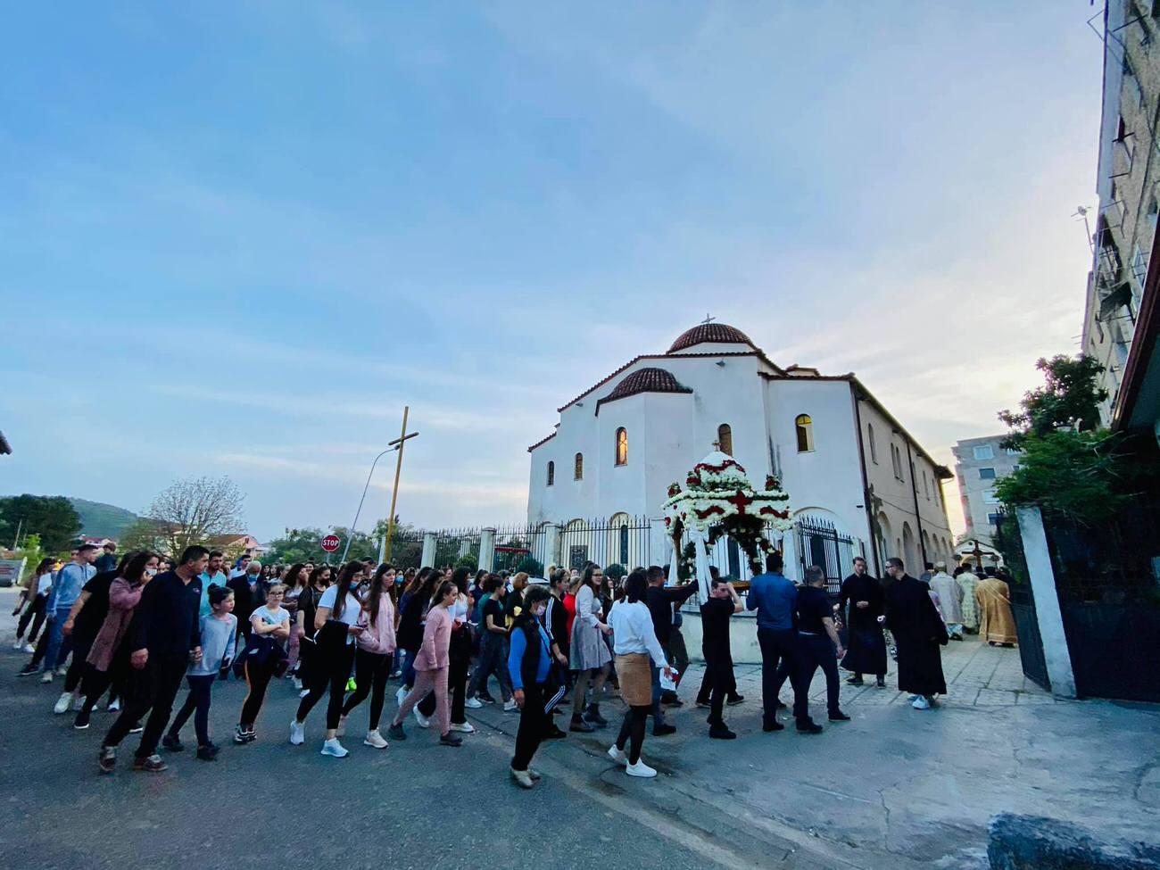 Πλήθος πιστών Επιτάφιος Εκκλησία Αλβανίας